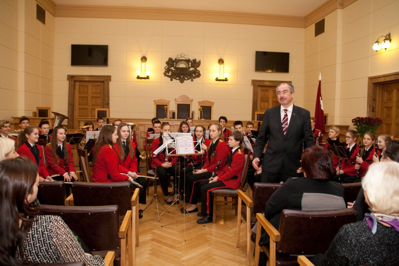 17.11.2015. Waiting for the 97th anniversary of proclamation of the Republic of Latvia, festive collective ceremony was held in the Supreme Court, and musical ceremonial mood was brought by the brass band of Riga Secondary School No. 6. At the ceremony, eight judges and employees of the court were presented Diplomas of the Supreme Court.