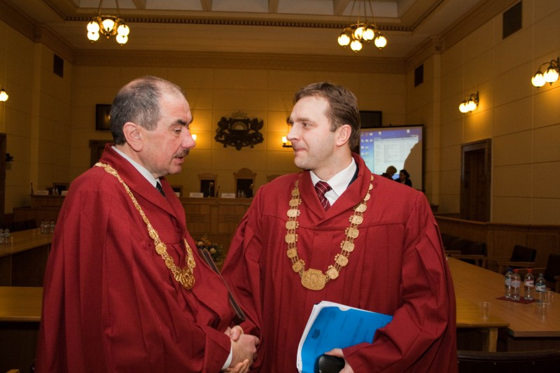 21.02.2014. After the Plenary Session of the Supreme Court, Ivars Bickovics, the Chief Justice of the Supreme Court, greets Aldis Lavins, the judge of the Department of Civil Cases
