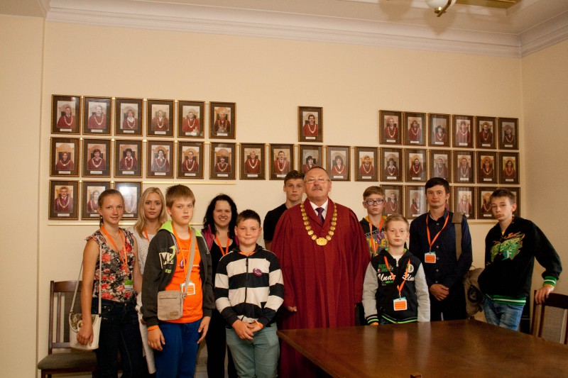 10.07.2015. Despite tense schedule of rehearsals and concerts at the Song Festival, pupils from Music and Art School of Baltinava, who came to Riga to participate in XI Latvian School Youth Song and Dance Festival, visited the Supreme Court on Friday. They told about their interest to see the Supreme Court to Aivars Keiss, the man from the same district, graduate of the Baltinava Secondary School, and now – the judge of the Supreme Court