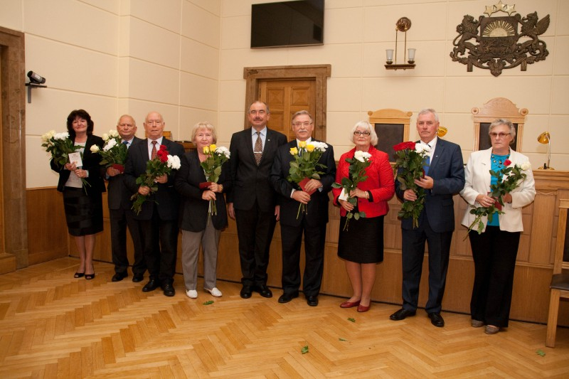 25.10.2015. Length-of-service Badge counts length of service of judges and employees of the Supreme Court since foundation of the Supreme Court of restored Republic of Latvia in 1990. In 2015, first Golden Badges were given – for 25 years served in the Supreme Court. In photo – recipients of Golden Badges with the Chief Justice of the Supreme Court: (from the left) Marite Zagere, Zigmants Gencs, Gunars Aigars, Anita Nusberga, Ivars Bickovics, Pavels Gruzins, Inta Kirse, Raimonds Gravelsins and Anda Straume.