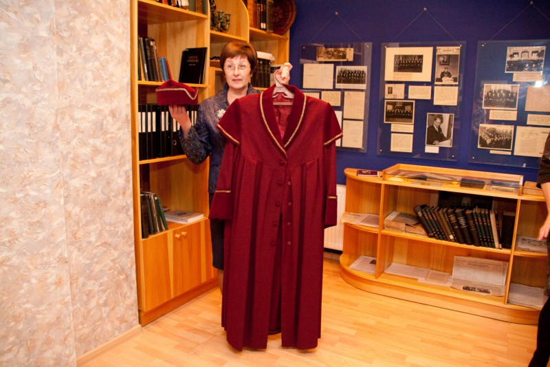 26.11.2015. Collection of the museum of the Supreme Court is supplemented with valuable exhibit – the robe of a judge of the Constitutional Court presented to the museum by Ilze Skultane, the former judge of the Constitutional Court and the current judge of the Supreme Court. She had been the judge of the first composition of the Constitutional Court since it was established in 1996. Ilze Skultane, at that time – the Chair of Bauska district court, and Andrejs Lepse, the judge of the Supreme Court, were nominated to offices of judges of the Constitutional Court by the Plenary Session of the Supreme Court.