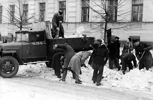 Employees of the Latvian SSR Supreme Court helping to remove snow on March 3, 1946. Photo by A. Raugze from the State Archives