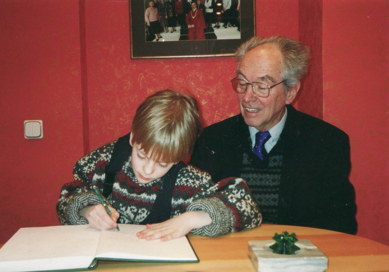 Dietrich Andrejs Lebers with his grandson at the Supreme Court signing the guest book of the Supreme Court