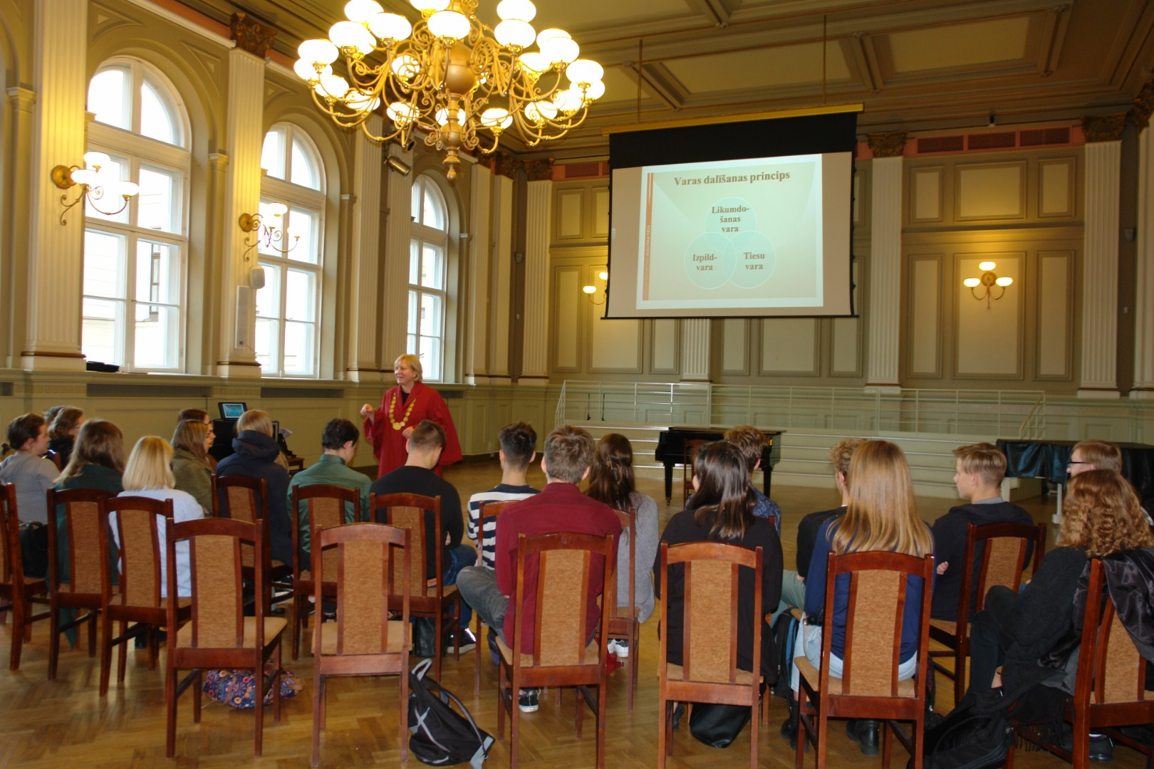 31.10.2018. In the centenary year of Latvia, the Supreme Court invited judges to visit their schools and talk to students about Latvia and the role of the judge in national life. Chair of the Department of Administrative Cases Veronika Krumina gave a lesson in law to 12th grade students at Riga State Gymnasium No. 2, which she called hers for eleven years, as well as at Akniste Secondary School where her mother studied.