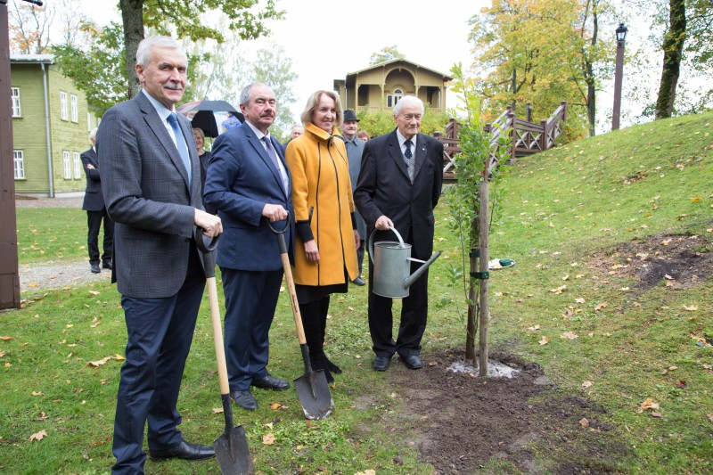 03.10.2017. Honouring the first Chief Justice of the Senate of Latvia – Kristaps Valters, an oak was planted in his hometown in Kuldiga City Garden. The oak was planted by all three Chief Justices of the restored Supreme Court – Gvido Zemribo, Andris Gulans and Ivars Bickovics, together with Inga Berzina, Chair of Kuldiga District Council. The oak will bear memory not only about Kristaps Valters but the whole Senate of Lavia. With this event, the Supreme Court initiated the centenary anniversary of the Senate of Latvia.