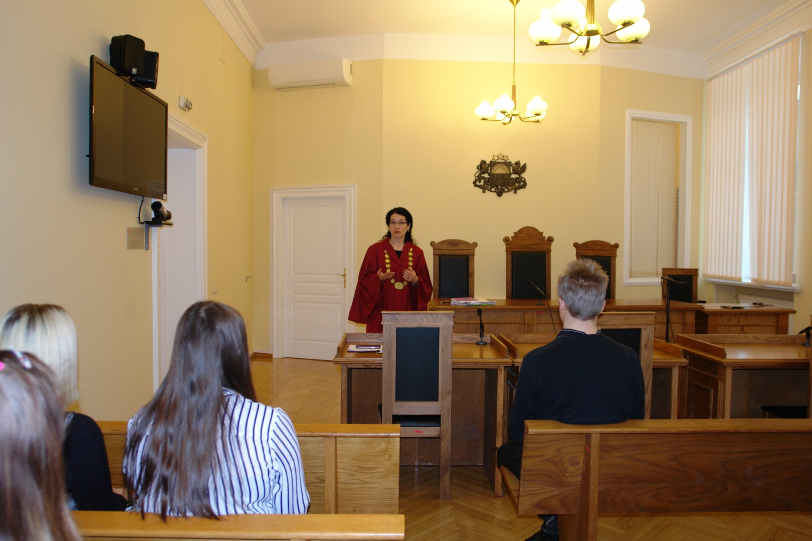 """13.02.2019. In the Shadow Day 17 students from Cesis, Vecpiebalga, Liepaja, Dagda, Rezekne, Jelgava, Ogre, Babite, Valmiera, Daugmale and Riga visited the Supreme Court. Students learnt about the Latvian judicial system and the jurisdiction of the Supreme Court and met with their """"shadow givers"""" – the Chief justice of the Supreme Court, judges, assistants to judges and legal research counsels, as well as took part in court hearings. In the photo: judge Dace Mita speaks with """"shadows"""" after the court hearing."""