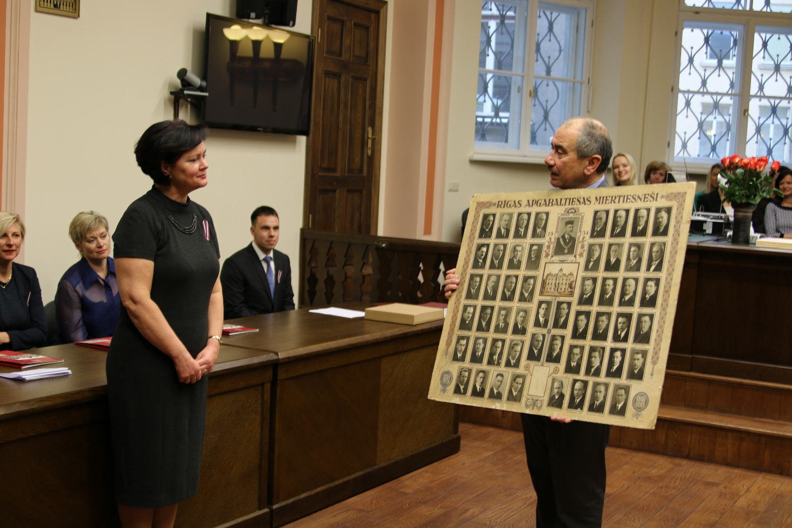 10.11.2016. At the solemn meeting dedicated to Latvian Independence Day in Riga Regional Court the Chief Justice of the Supreme Court presented a gift - a historical photo stand about the magistrates who strengthened the rule of law during the first period of Latvian independence. Original stand that currently has more than 80 years of history, was found when the Supreme Court operate in the premises of Regional Court and it was stored in the museum of the Supreme Court. Now, when Riga Regional Court established its own museum photo-stand has being returned to its true heirs.