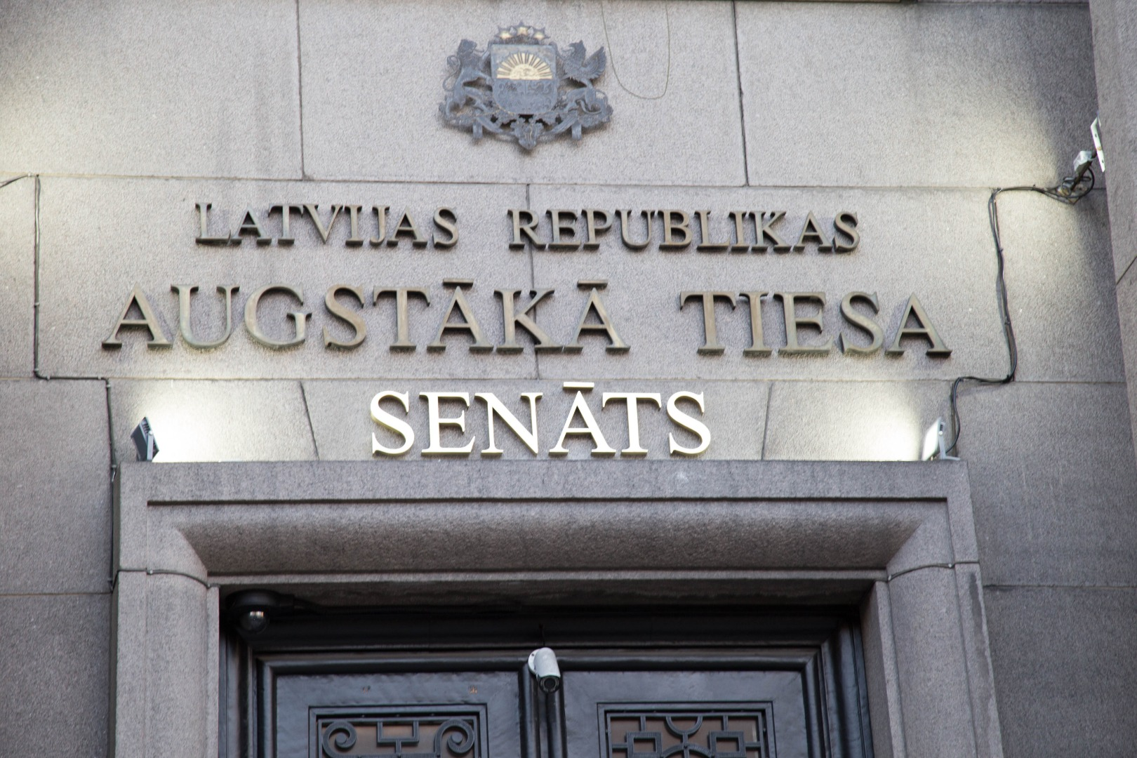 """28.11.2018. The centenary celebration of the proclamation of the State of Latvia in the Supreme Court began with a long-awaited event – the opening of the historic name of the Senate above the entrance to the court. With the decision of the Saeima of October 25, the name """"Senate"""" was returned to the cassation court. The State President promulgated the law shortly before the public holiday, the law came into force on November 28. The name of the Senate now has the same force as the """"Supreme Court""""."""