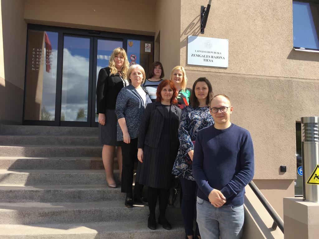 07.05.2019. Experience exchange can take place not only in other countries, but also in Latvia – the Supreme Court employees verified this statement by visiting the first and second instance courts in Jelgava – Courthouse of the Administrative District Court in Jelgava, the Zemgale District Court and the Zemgale Regional Court. Several employees from all Supreme Court structural units participated in the experience exchange visit.