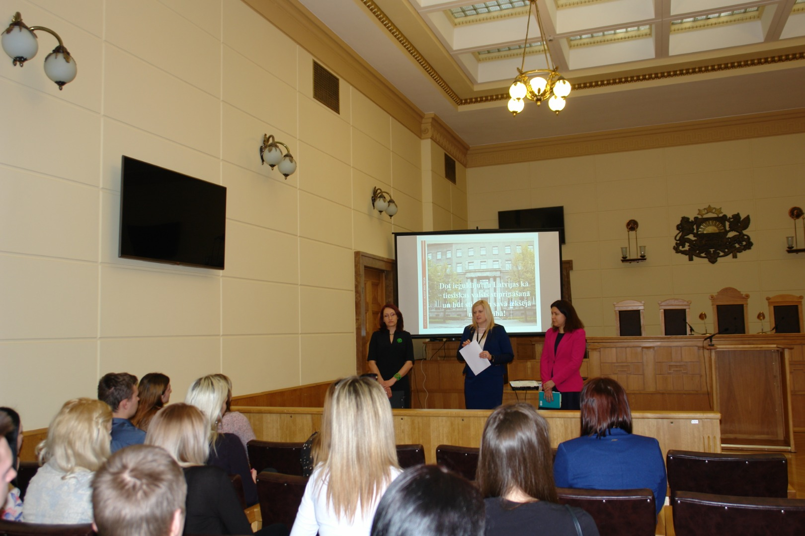 22.03.2019. The law students of Rezekne Academy of Technologies visited the Supreme Court to learn about the work of judges and employees, as well as about the possibilities to read the Supreme Court rulings and follow up information on case-law. In the photo: Assistants to judges Renate Vernusa and Santa Vigante and legal research counsel Nora Magone tell visitors about their work.