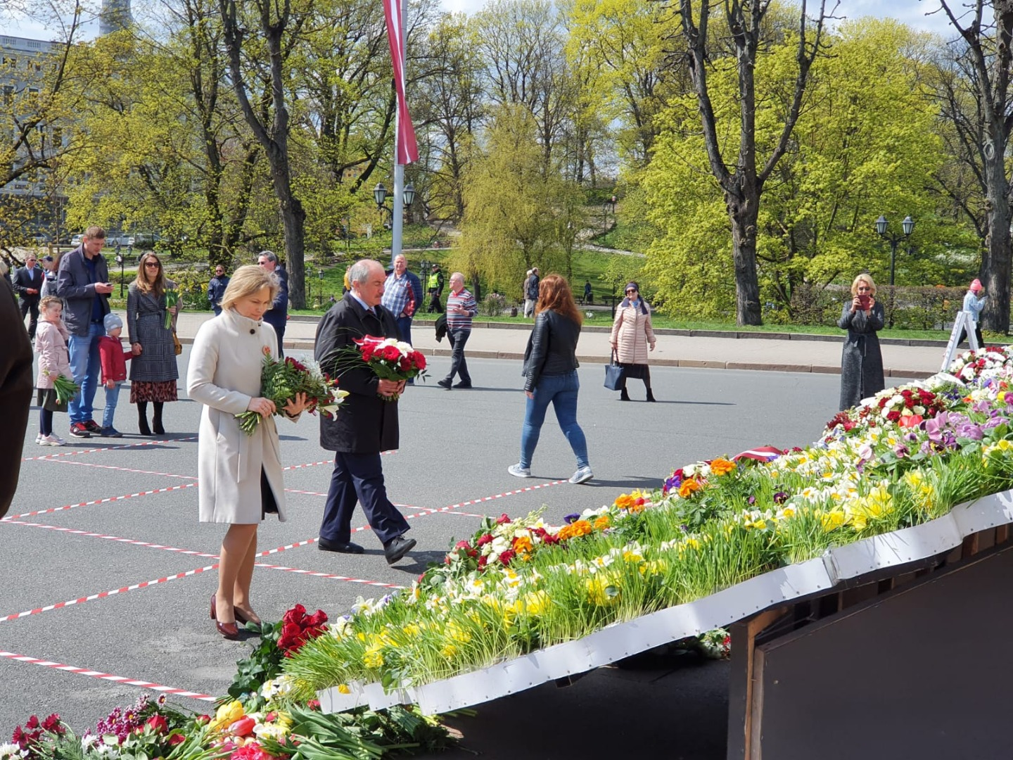 04.05.2020. In honour of the 30th anniversary of Latvia's Independence, Ivars Bickovics, Chief Justice of the Supreme Court, and Ineta Ziemele, President of the Constitutional Court, as well as the judges of the Constitutional Court Gunars Kusins and Arturs Kucs laid flowers at the Freedom Monument. This year, due to the restrictions of Covid-19, not all senior state officials visited the Freedom Monument at the same time, but did so individually or in small groups.